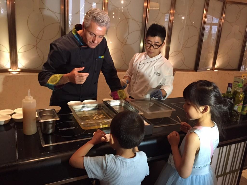 Con niñas y niños chinos